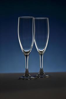 的香槟酒杯蓝色背景2玻璃光