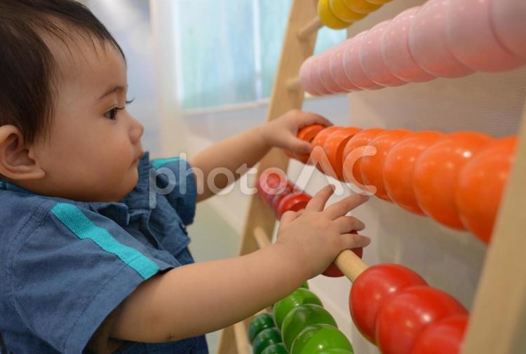 知育玩具で遊ぶ赤ちゃんの写真