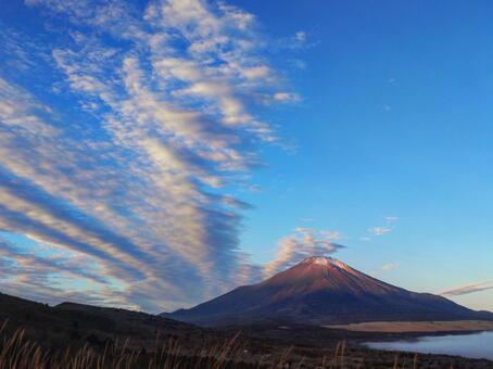 Red Fuji and scale clouds