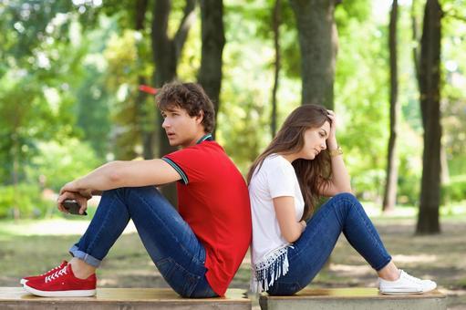 공원에서 벤치에 등을 맞대고 앉아 커플 5