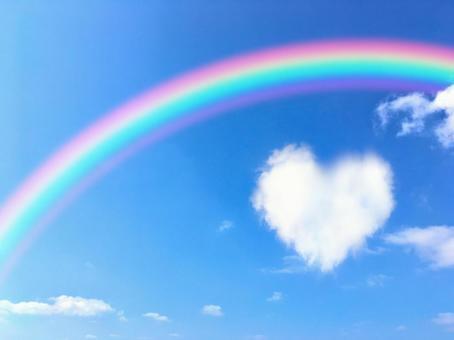 藍天上的彩虹和心的雲彩