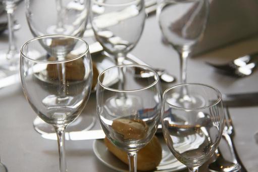 테이블에 정렬 된 와인 잔