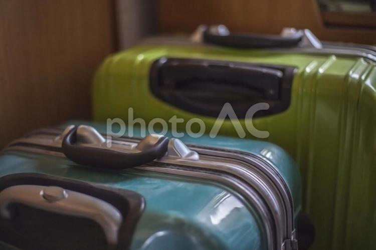 ふたつ並んだキャリーバッグの写真