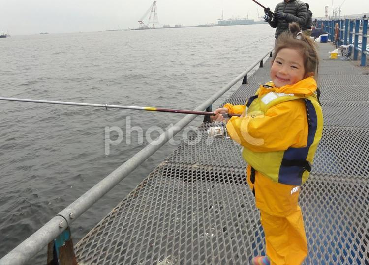 海釣りを楽しむ女の子Bの写真
