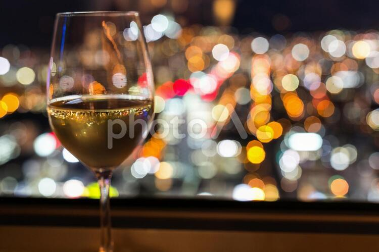 ワインとカクテル光線の写真
