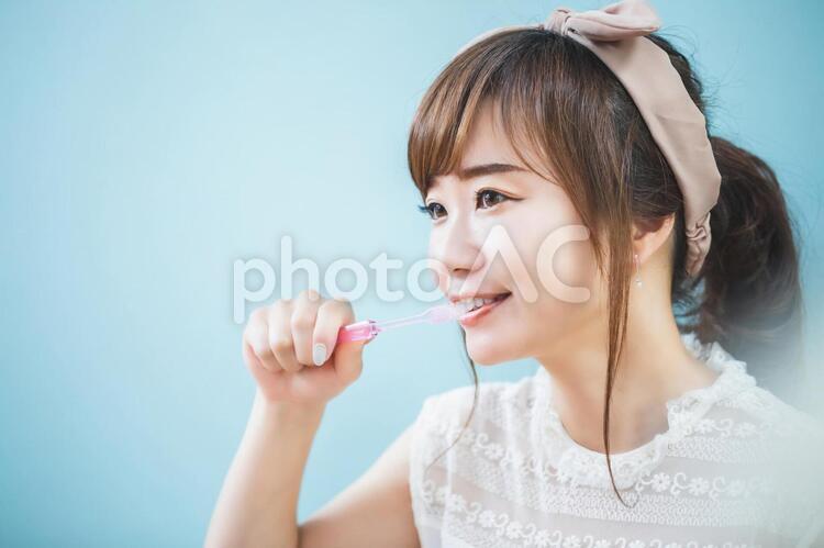 歯磨きをする若い女性の写真