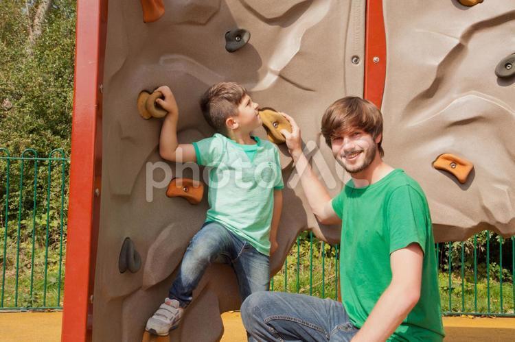 遊具で遊ぶ父と子9の写真