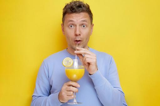 吃驚的人喝果汁