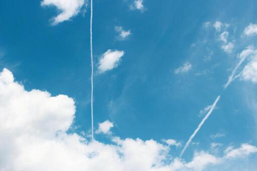 푸른 하늘과 비행기 구름