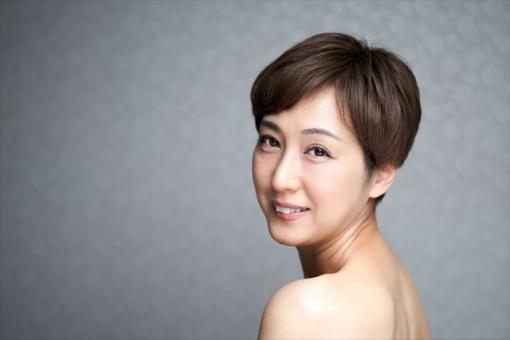 카메라 시선으로 미소 중년의 일본인 여성
