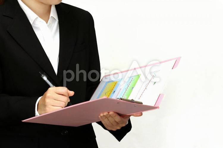 書類に記入する女性の写真