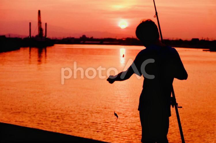 夕焼けと釣り人の写真