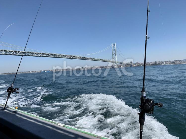 海峡見える船での釣りの写真