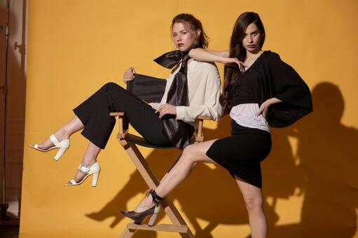 2 명의 여성 모델의 패션 초상화 (옐로우 백) 5