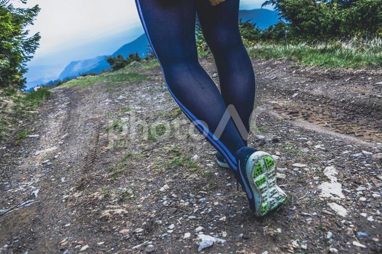 山道を走る女性の足元の写真