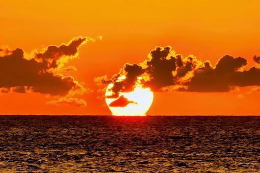 Burning sun, setting sun