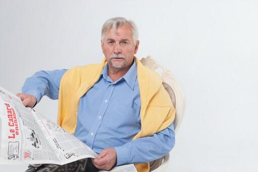 國外老年男性4讀報紙坐在椅子上