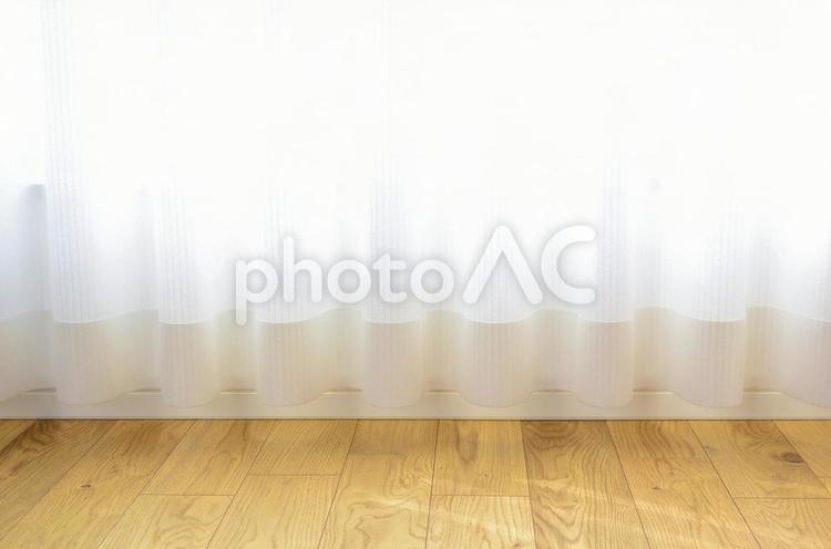 フローリング床 レースカーテンの写真