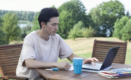 야외에서 컴퓨터를 사용하는 남자