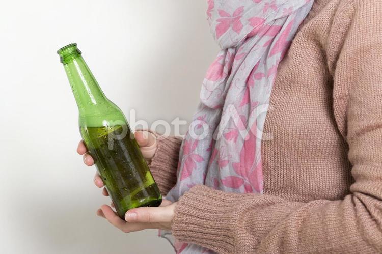 瓶ビールを持つ手6の写真