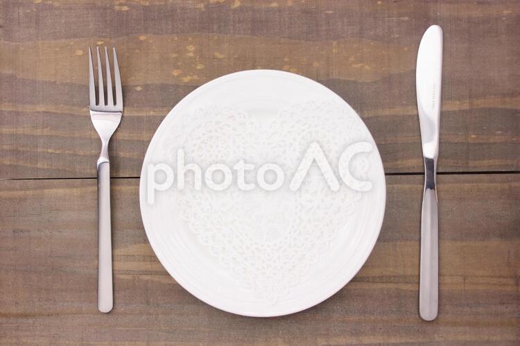 お皿とハートのレース2の写真