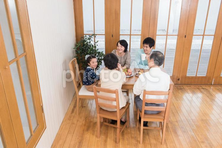 食卓に集まる三世代家族6の写真