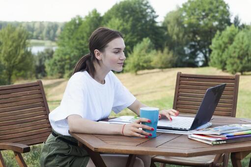 야외에서 컴퓨터를 사용하는 여성