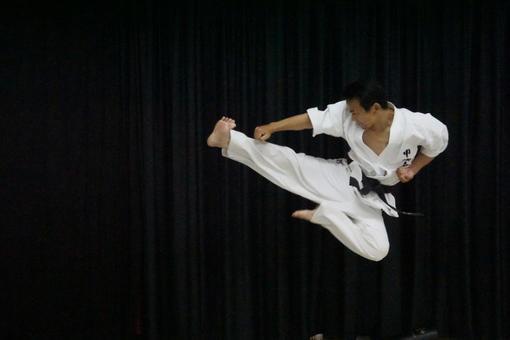 Flying kick! !