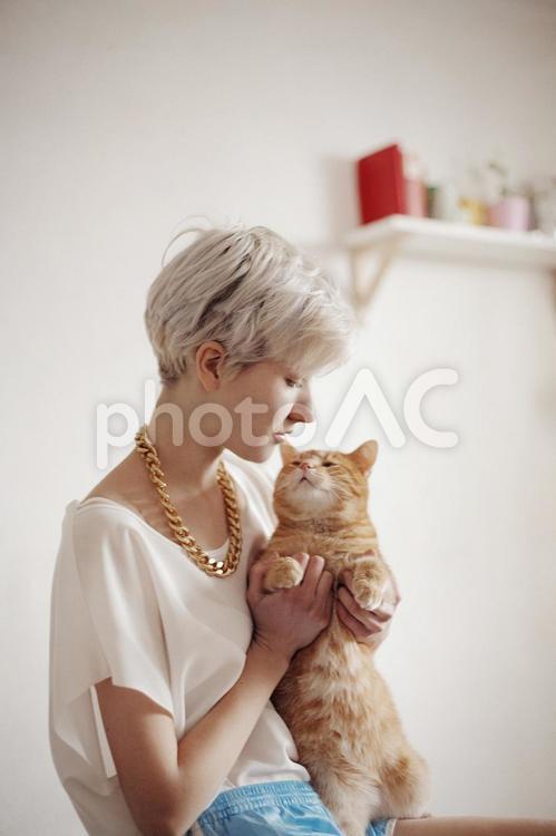ショートカットの白人女性と猫4の写真