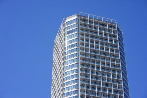 푸른 하늘과 부유층이 사는 타워 아파트