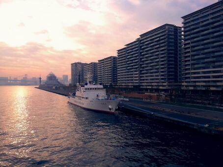 "Tokyo 2020 Olympic Village SEA VILLAGE (4 blocks) and Fisheries Agency Fisheries Patrol Ship ""3rd generation Hakuryu Maru"" Harumi Pier and Rainbow Bridge distant view"