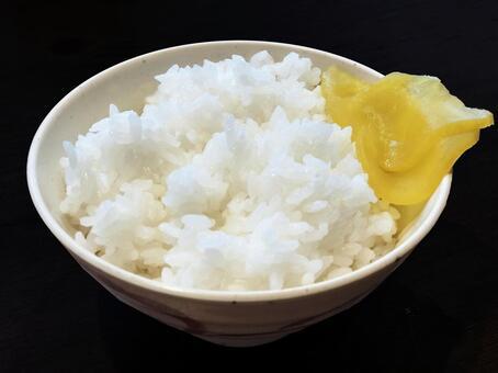 흰 쌀과 단무지