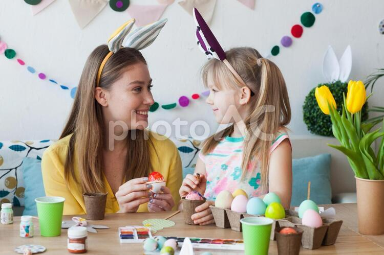 イースターエッグを作る親子7の写真