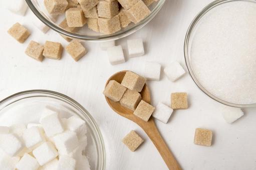 유리 식기에 들어간 많은 각설탕과 숟가락
