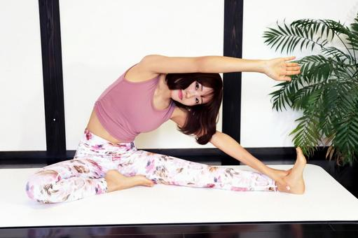 女人在墊子上伸展