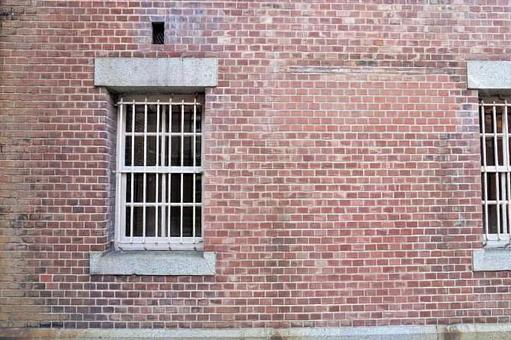 磚砌建築和帶有酒吧的窗戶