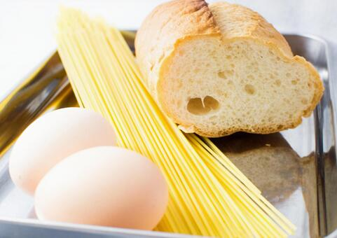 프랑스 빵과 계란 파스타