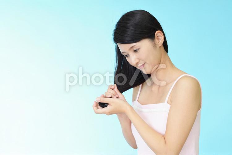 ヘアケアをする女性の写真
