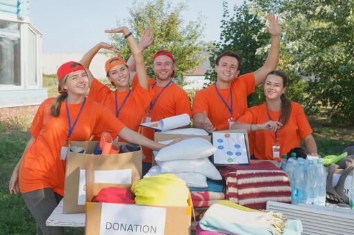 포즈 자원 봉사자의 남녀 모인 물건