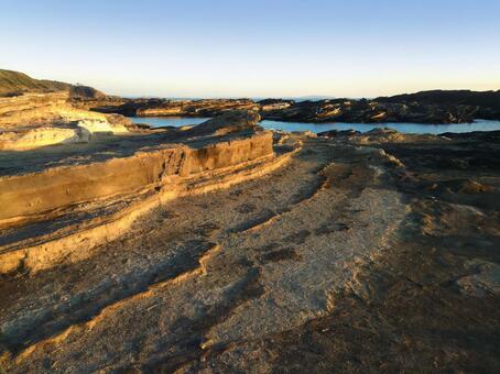 가나가와 현 미우라 반도 조가 섬 니시 자키의 바닷가 석양이 비치는 해안 바위