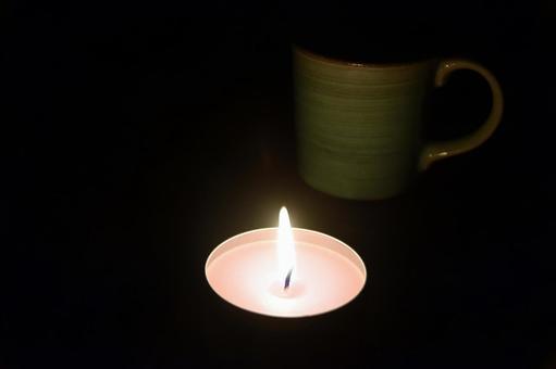 어둠 속에서 타오르는 촛불