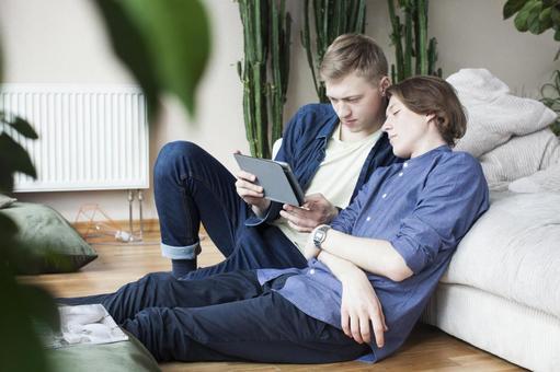 同性戀伴侶3倚坐在沙發上