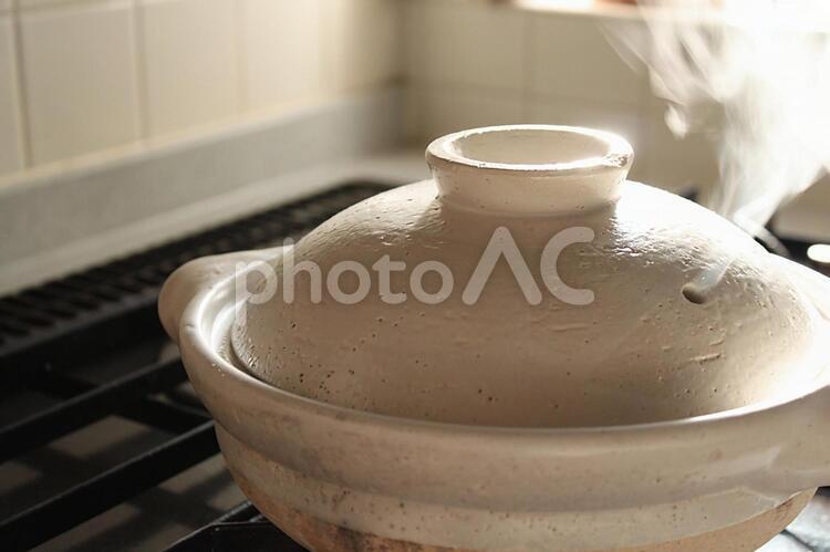 朝日の当たる台所 土鍋ご飯の写真