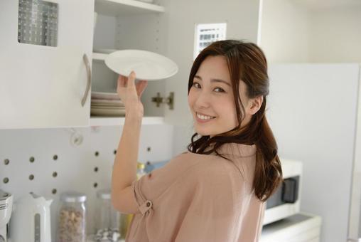 식기를 버리는 여성 7