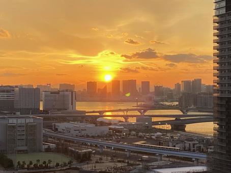 건축중인 고층 아파트와 도쿄만에 떠있는 석양 (2)
