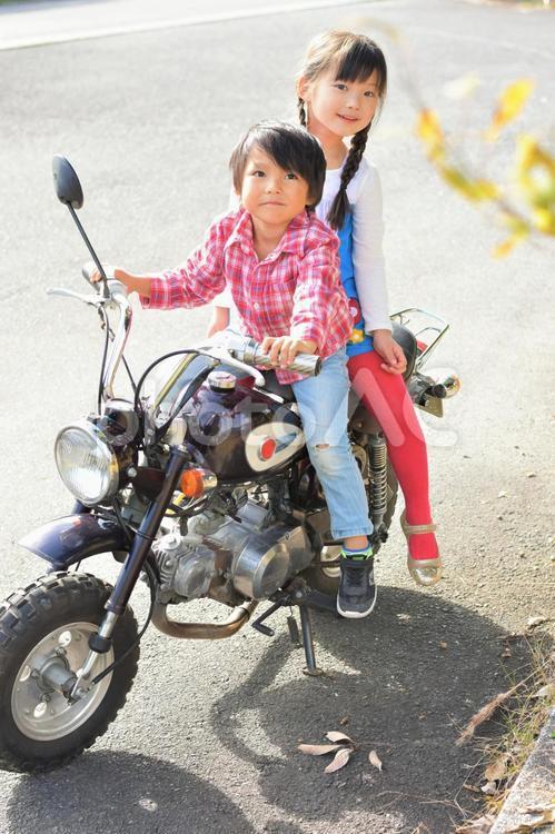 バイクに座る子供たちの写真