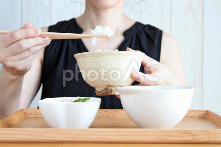 ごはんを食べる女性の写真