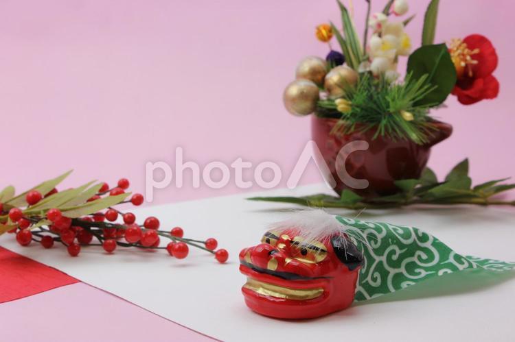 正月飾りと獅子舞の写真