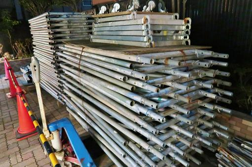 Preparation of the steel frame of the scaffold