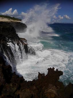 거친 바다 심한 바다 바다와 하늘 파도 비말과 거친 바위